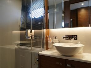 CC1e PRINCESS 49 FLYBRIDGE BATHROOM
