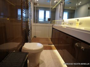 EE4 PRINCESS 72MY 2011 BATHROOM