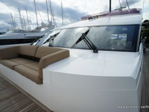 LL4 PRINCESS 72MY 2012 FOREDECK
